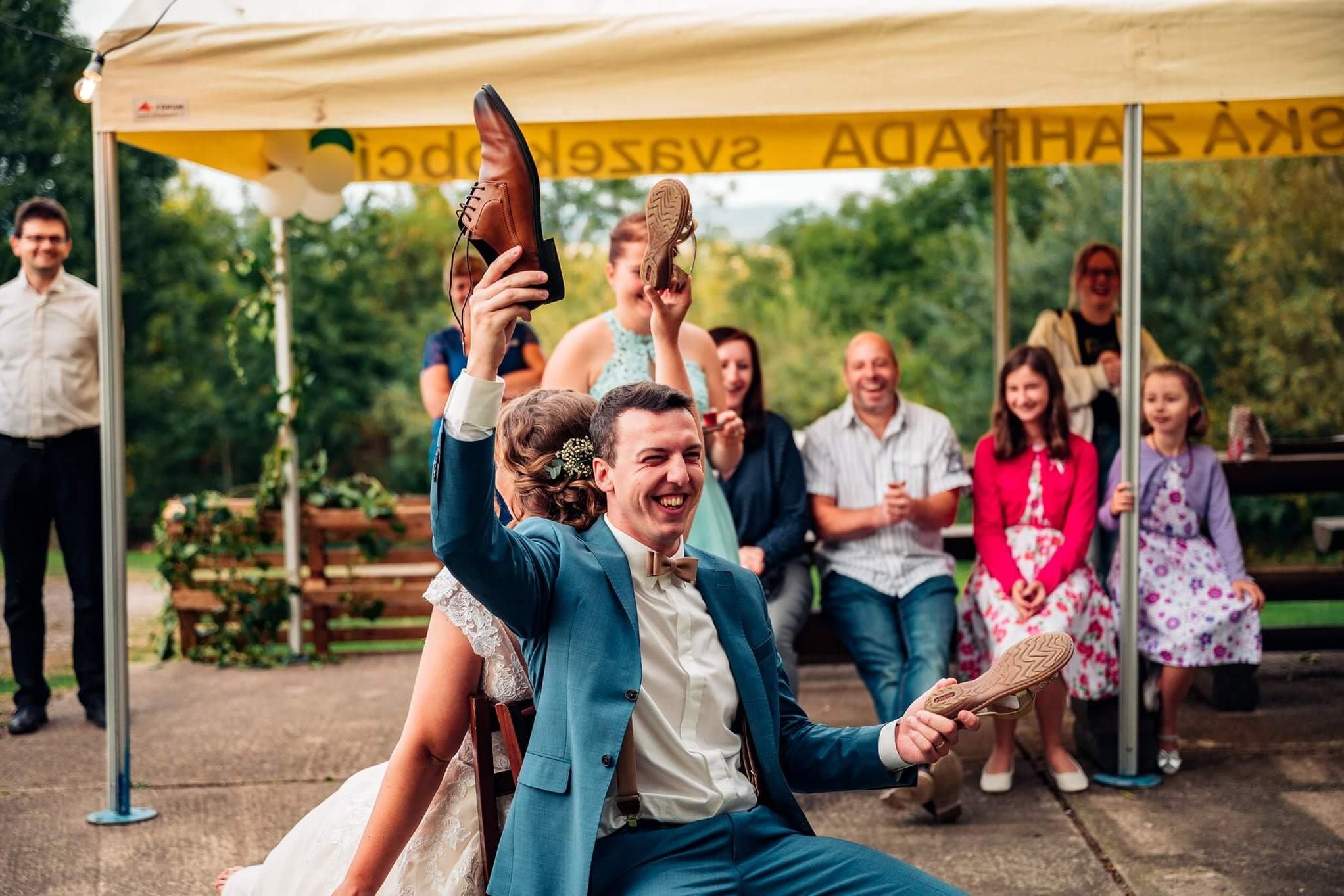 zvedání bot, svatební fotky