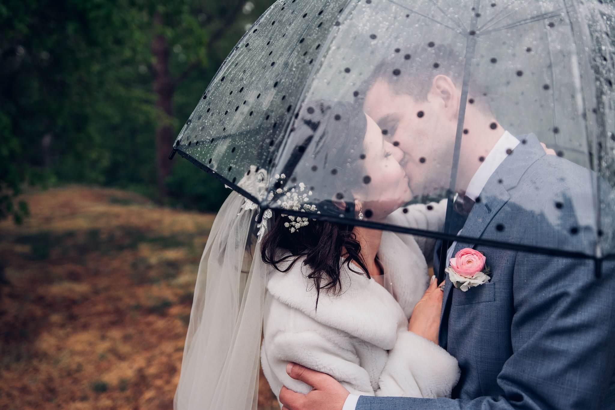 svatba, svatební fotograf, hořice, kuks, svatební foto s deštníkem, svatební fotky za deště